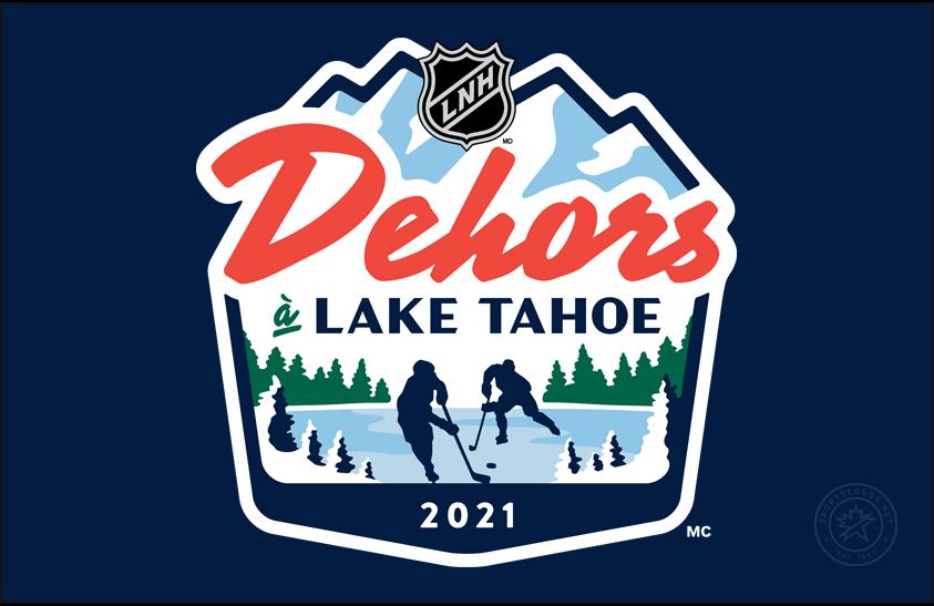 National Hockey League Logo Event Logo (2020/21) - NHL Outoors at Lake Tahoe logo in French on blue. Au cours de la saison abrégée 2020-21 de la LNH, la ligue a organisé deux matchs en plein air disputés à Lake Tahoe, appelés «NHL Outdoors at Lake Tahoe» («Dehors à Lake Tahoe» en français). Le logo de cette spéciale de deux matchs représentait la silhouette de deux joueurs sur un lac gelé entouré de neige et de pins. Le nom de l'événement a été écrit ci-dessus en rouge et bleu avec les sommets d'une montagne au-dessus de tout. SportsLogos.Net